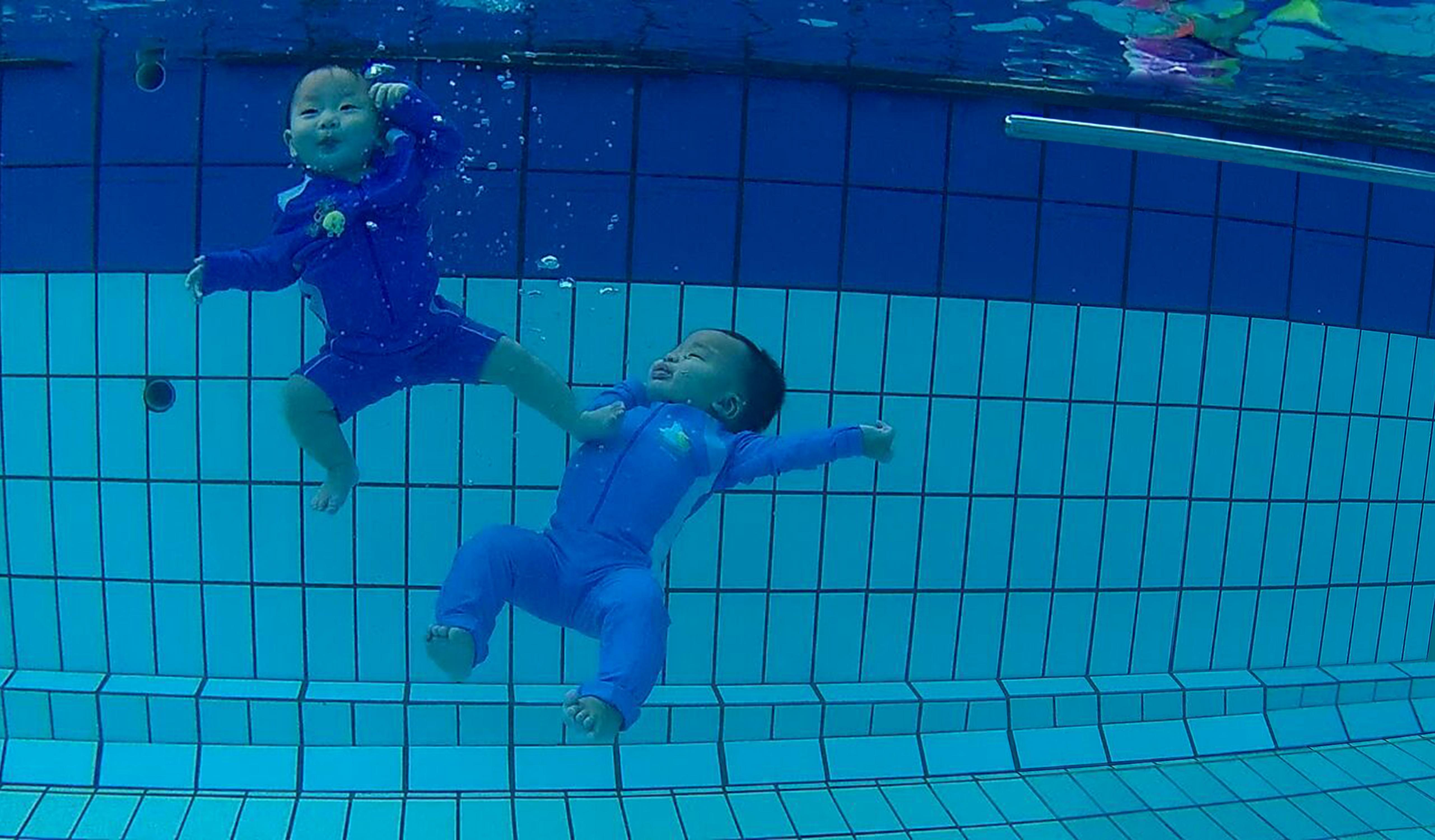 Underwater Twin Babies Josch Forbes Joschika Faustine Inspiring You To Teach Your Babies To